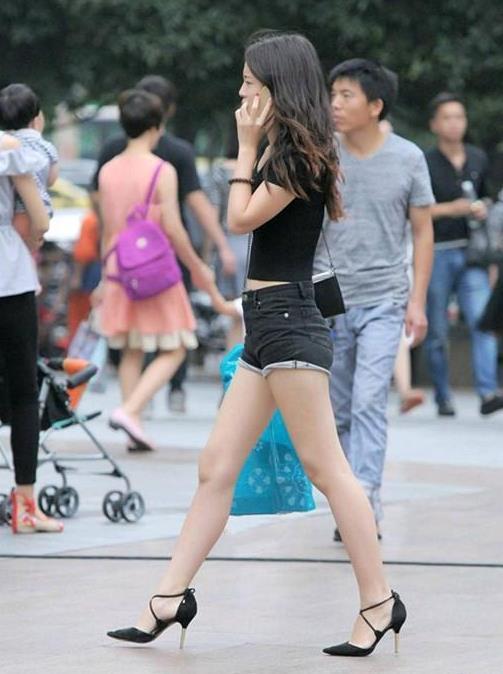 街拍:小姐姐休闲的西装搭配上微喇叭的西装裤,显得靓丽又有魅力