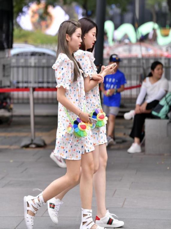 <b>街拍:小姐姐一身简单的白色套装,韵味十足</b>