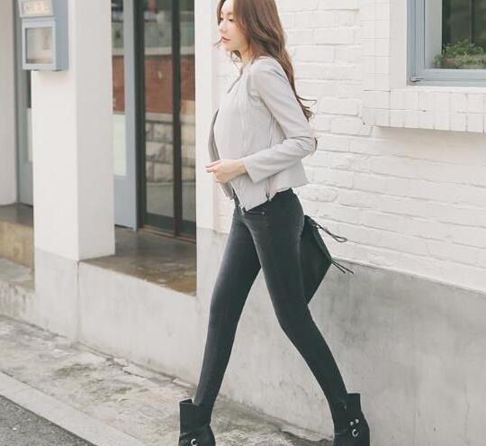 美丽苗条的牛仔裤美女,显得更加优雅大气!