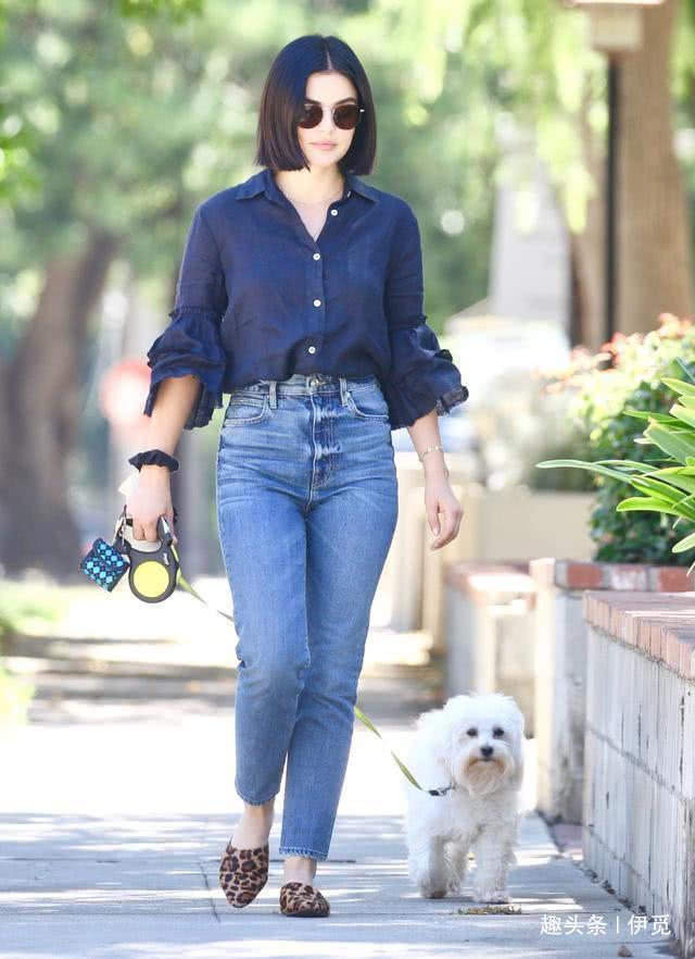 女星露西·海尔斯蒂迪奥城休闲遛狗,她看起来很甜美