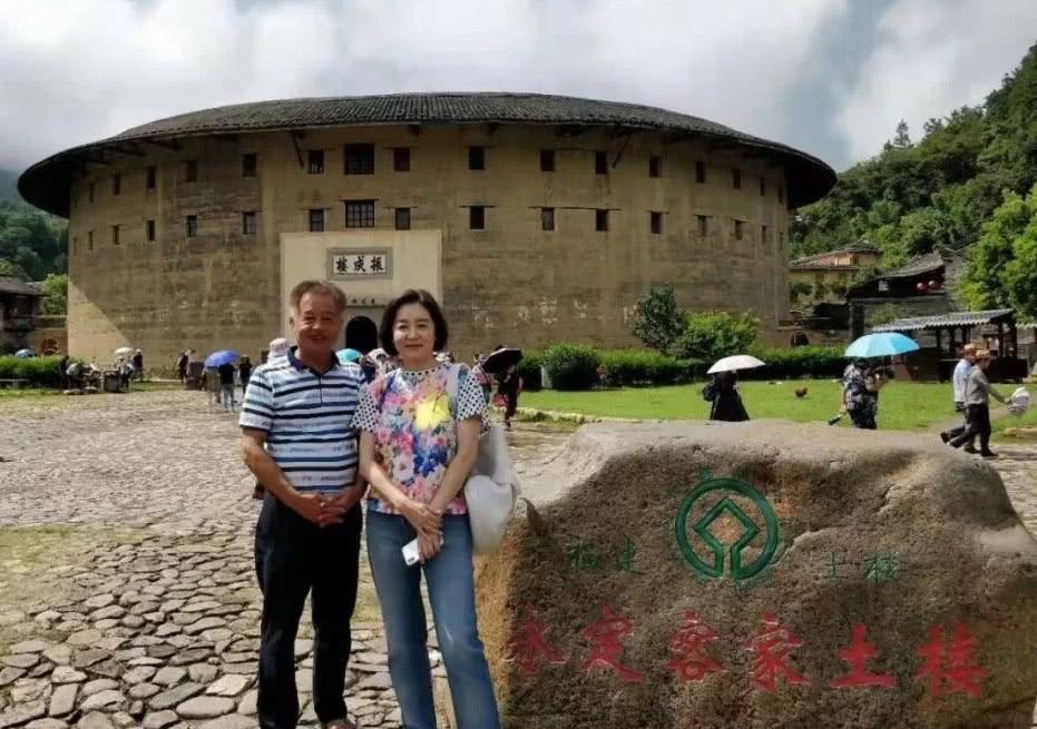 65岁林青霞参观永定土楼,素颜没有打扮,大家不相信她是真人