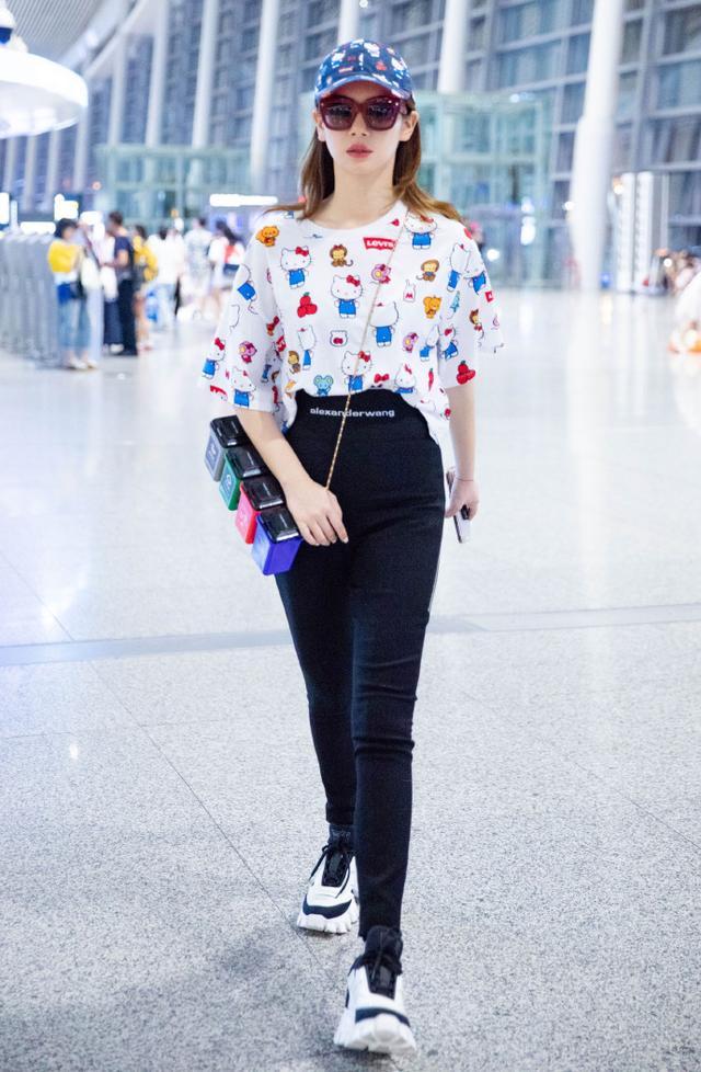 戚薇现身机场,一身新造型青春活力十足,却被垃圾分类包包抢镜了