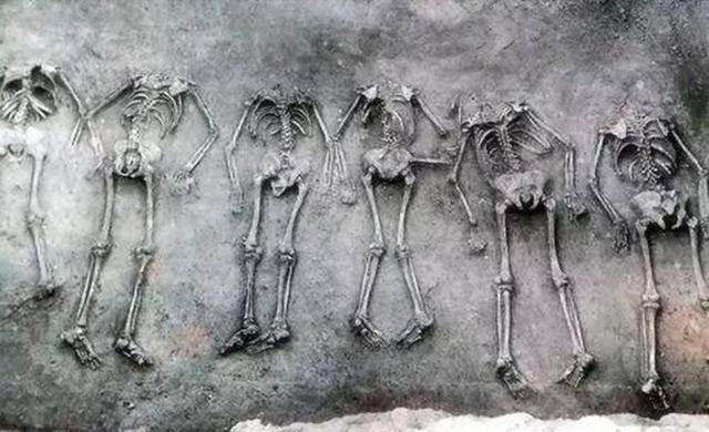 40多岁的男墓主,旁边躺着21个妙龄少女,专家:最小的只有13岁