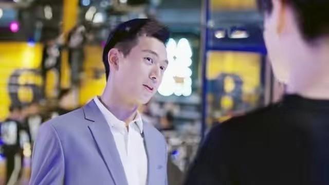 韩商言带佟年回到俱乐部,催促小白赶紧脱单,炫耀自己马上领证