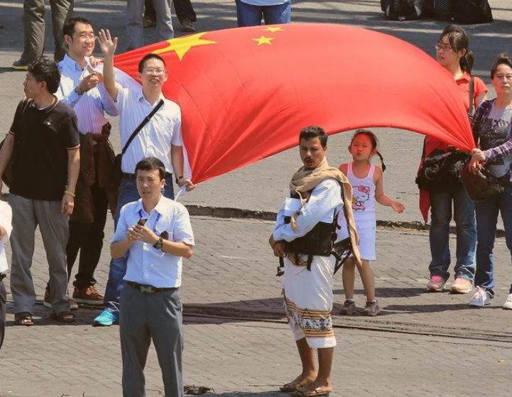 571名华侨安全撤离,为何武装分子不敢靠近?只因警示牌一句话