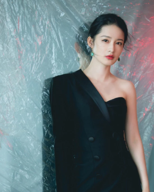 李沁挑战新风格,新写真左边礼服右边西装,网友:怎么穿进去的?