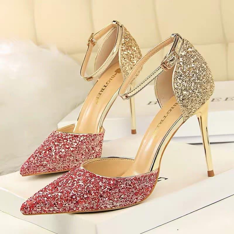 3双水晶鞋,你觉得自己能穿上哪一双?测TA第一眼看上你哪里