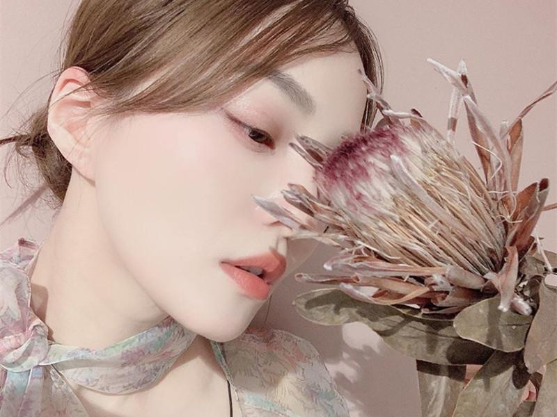 张韶涵真会穿,挑战各种透视装造型,美得不像38岁!