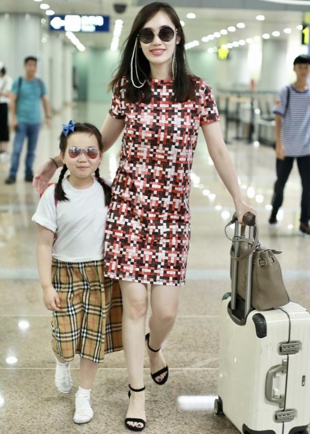 马蓉带着女儿高调现身机场,女儿呲牙笑神似王宝强