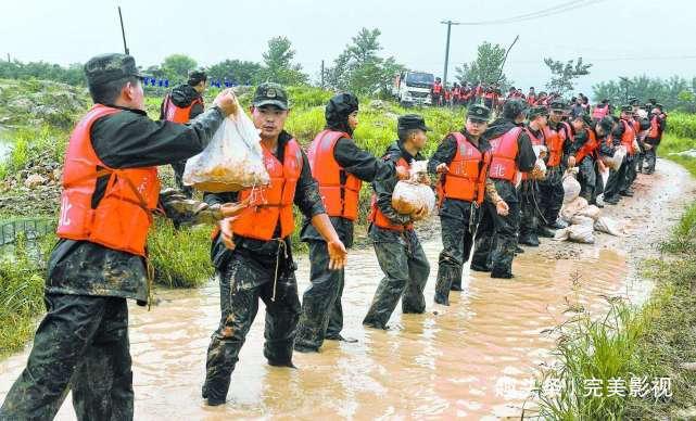 1998年洪水中,那个抱树9小时后被救的7岁女孩,现在如何?