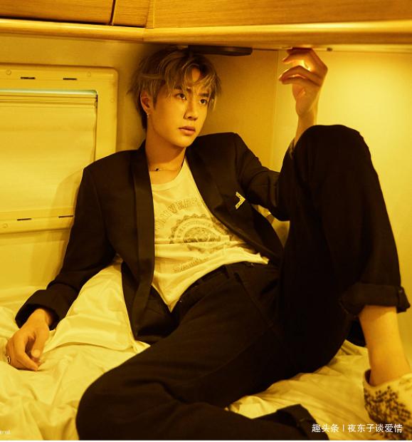 <b>王一博拍摄室内写真,看到他手上厚密的泡沫后,网友:想帮他洗</b>