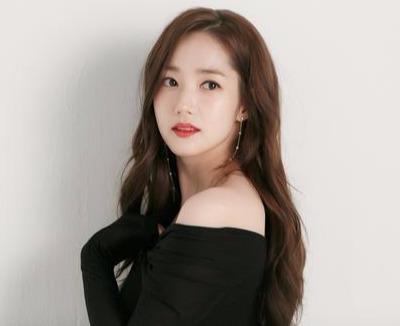 整容最多韩国女星朴敏英现身街头,米色衬衣