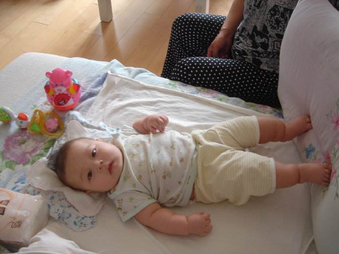 """宝宝为什么喜欢""""蹬腿""""?真正的原因有3个,别被缺钙误导了"""