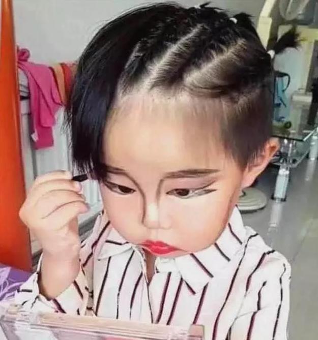 3岁小女孩趁妈妈不注意,偷偷化妆,妈妈回头看到后,被惊艳到了