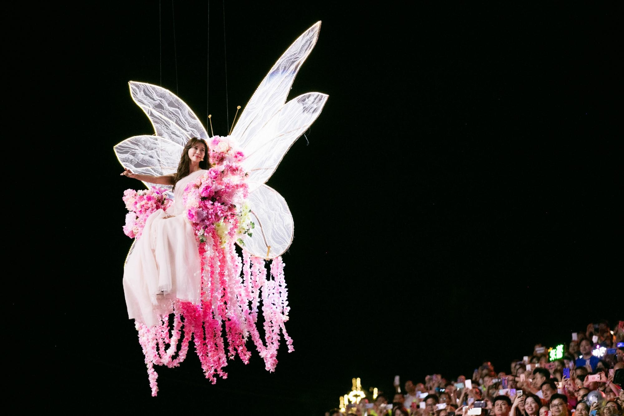 林志玲七夕晚会变七彩蝴蝶仙子,再解锁竖琴独奏,不愧是全能女神
