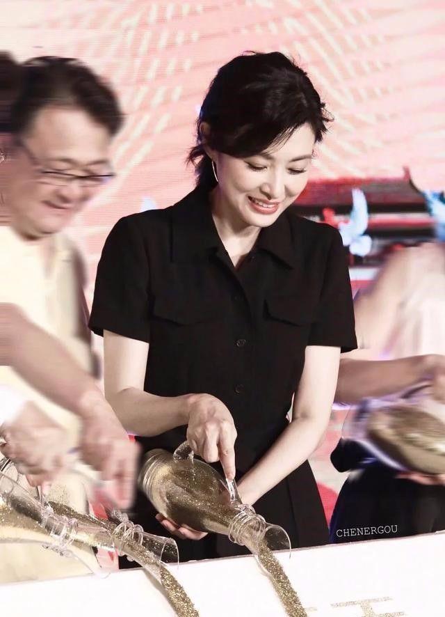 央视主持人周涛,高贵且有气质,未修图看不出她的真实年龄!
