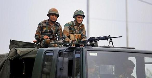 十万大军聚集,战争一触即发之际,印度后方突传噩耗,14万人受困