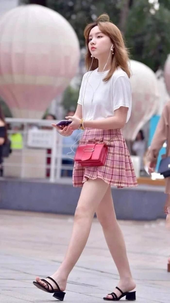 街拍:裙子再短一点,性感时尚展现美腿