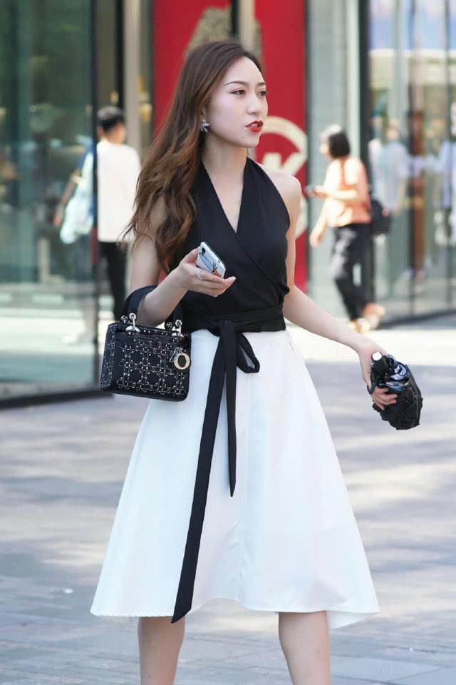 小姐姐黑白配穿搭尽显优雅,散发着高贵而迷人的气息