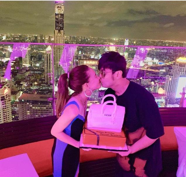 周杰伦为昆凌庆生,两人捧着蛋糕亲吻太甜了