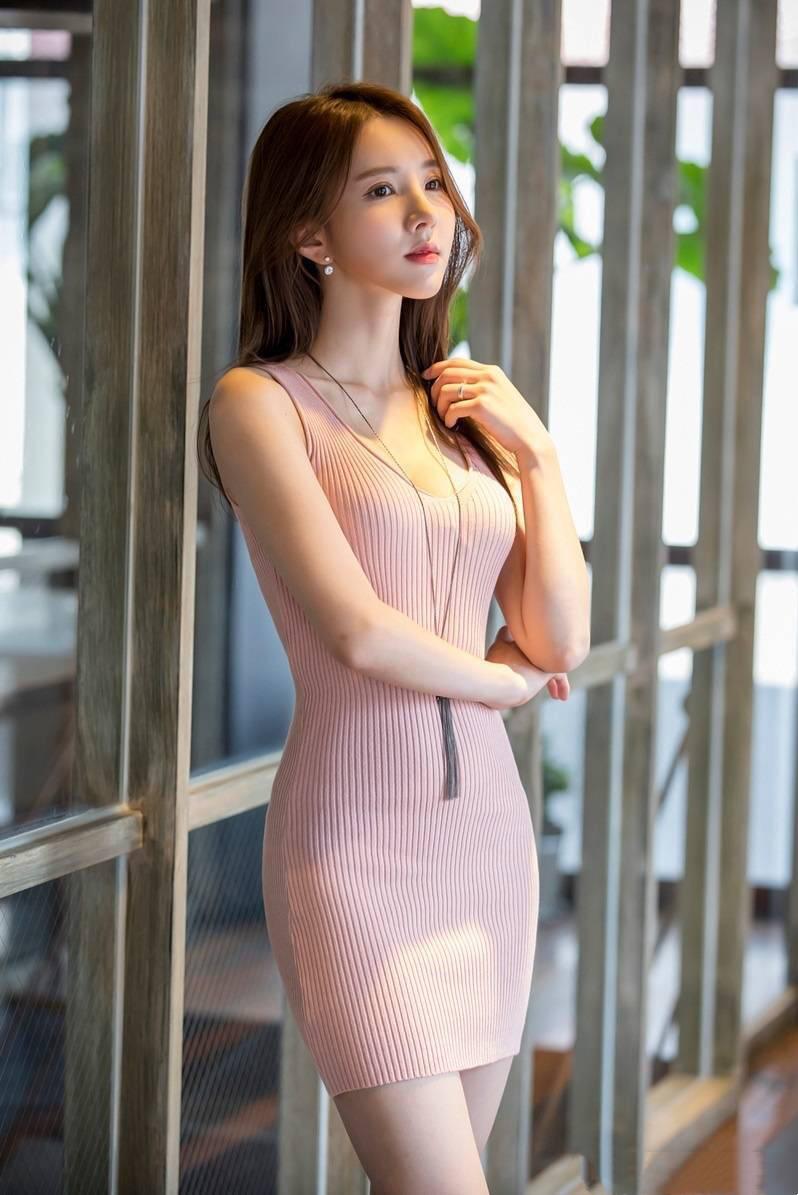 韩国性感美女金孝轩,性感粉色吊带裙,你觉得跟孙允珠比谁最美呢