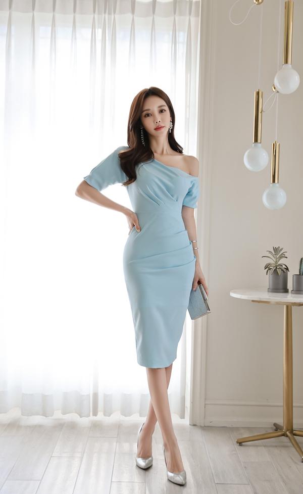 天蓝色好符合珠珠的气质!孙允珠性感天蓝包臀裙,好像冰雪女王!