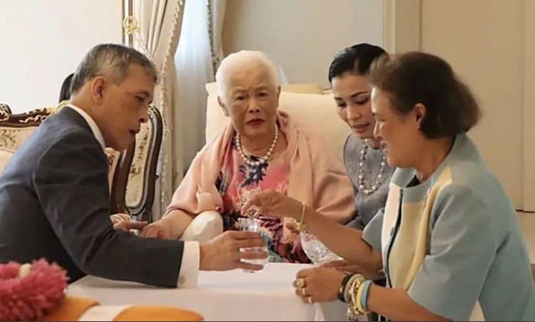 泰国王后扬眉吐气,戴婆婆送的首饰受众人朝拜,贵妃输得一无是处