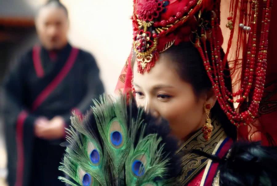拿着羽扇成亲的美女,刘涛娇羞