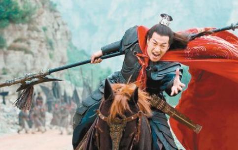 曹操杀吕布时,不问谋士郭嘉等人意见,而是反问刘备,寓意何为?