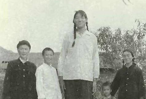 """中国第一""""女巨人"""",比姚明高22CM,一顿吃2斤饭,遗体封存37年"""