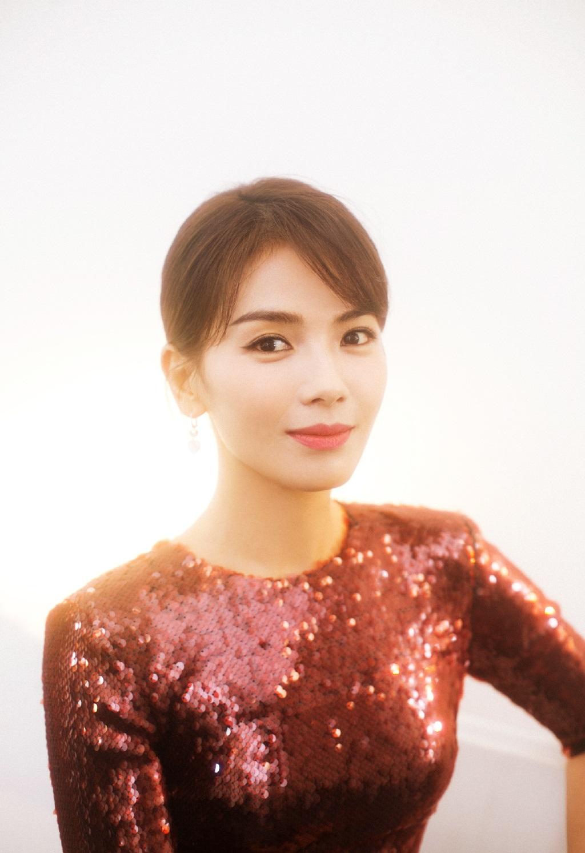 <b>性感美女明星刘涛暗红色礼服写真,你们觉得她和高圆圆谁更美呢?</b>
