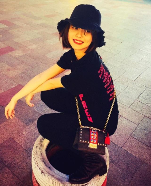 """《亲爱的热爱的》的孙亚亚,穿紧身裤配""""蚯蚓靴"""",巨显腿长还酷"""
