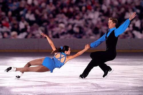 <b>花样滑冰演绎冰雪运动中的视觉盛宴!旋转跳跃之间令人目不转睛!</b>