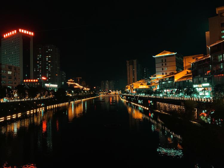 <b>假日夜游选择去恩施宣恩县观光,欣赏风雨桥独特的璀璨美景!</b>