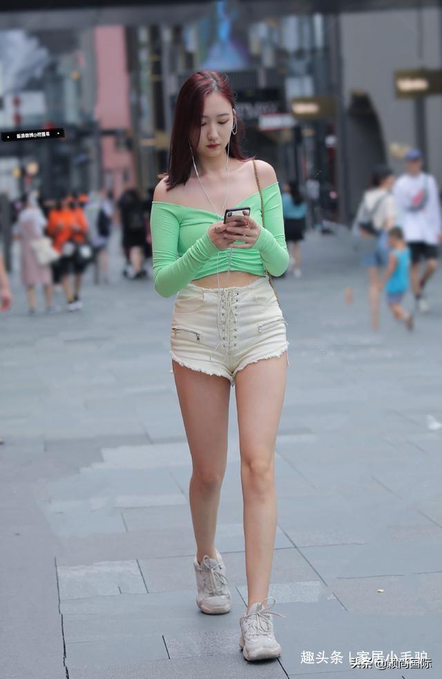 街拍:貌美肤白的小姐姐,仙女气质十足,令人赏心悦目