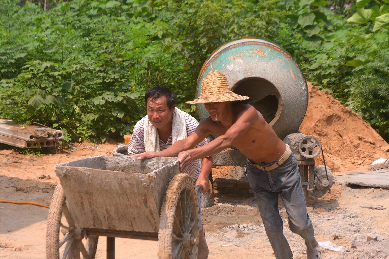 农村人放弃外出挣高薪,选择家门口打工,一举三得引邻居称赞