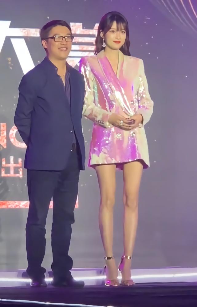 """孙怡靠一件衣服搞定造型,""""玻璃纸外套""""当裙子穿,尽显贵族范!"""