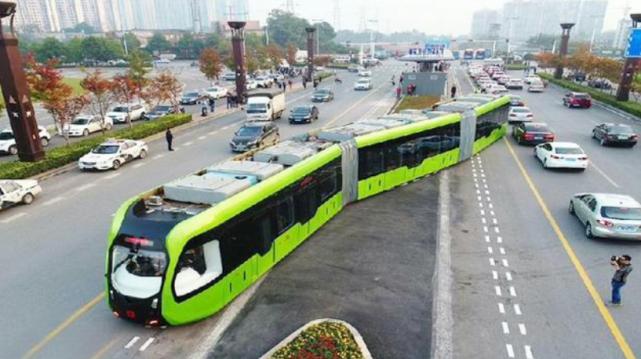 """中国发明的""""新型列车"""",地上没有铁轨也一样能跑,又一新高度"""