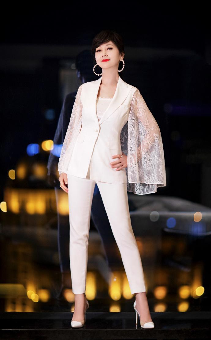 64岁赵雅芝又任性,穿白蕾丝西装配高跟鞋腿真长,珍珠耳饰太吸睛