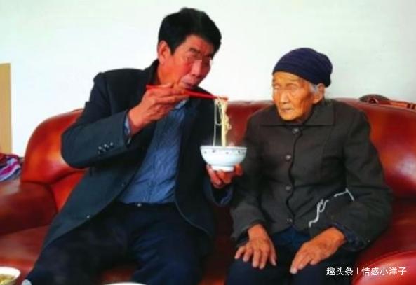 妻子和邻居私奔,丈夫赡养岳母五年,收到一个骨灰罐