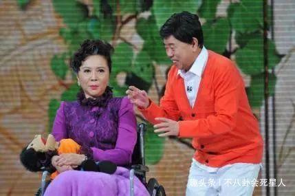 58岁蔡明医院秘密问诊,行动缓慢显老态,头戴礼帽衣着十分讲究