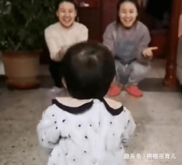 小姨与妈妈是双胞胎,两人同时要抱女儿时,女儿的反应让人笑喷了