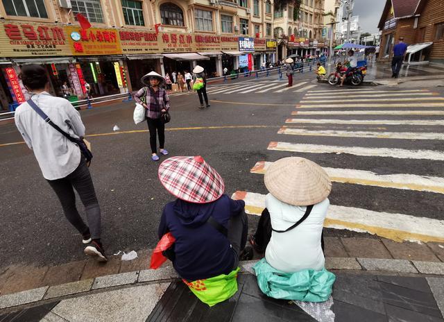 东兴口岸满是越南小贩,除了香烟药膏和手串,最实在是山竹卖6元