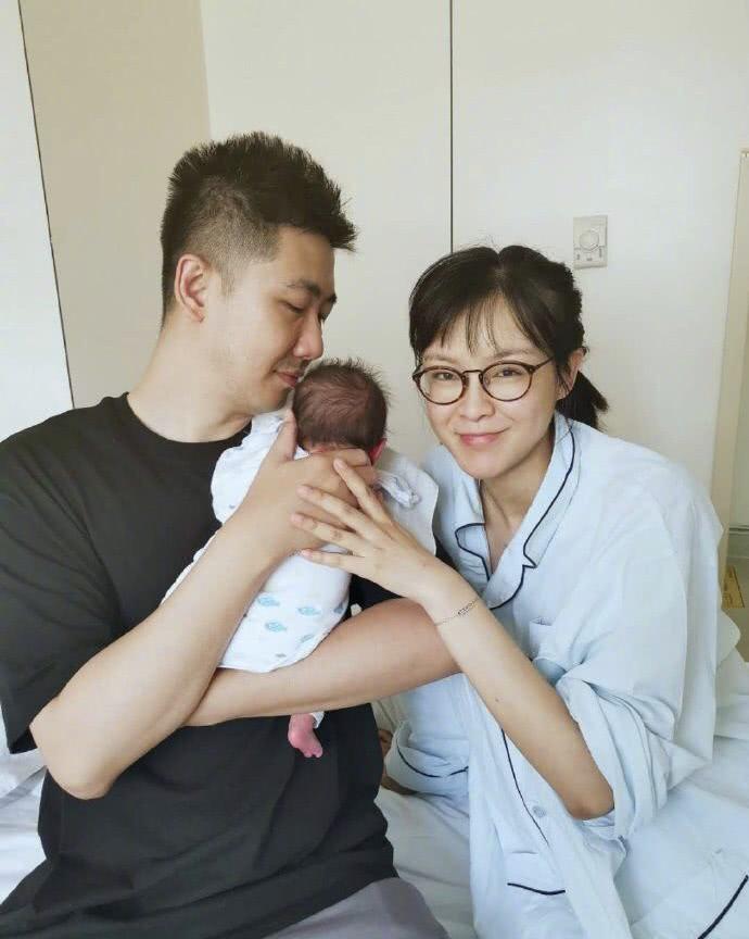 李艾生产母亲在产房外痛哭,婆婆的一句话看出两人的不同