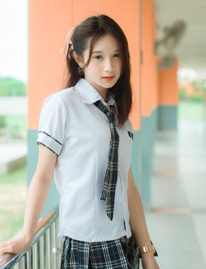 性感美女时尚写真,白嫩脸蛋清秀五官蕾丝裙文艺气质,甜美迷人