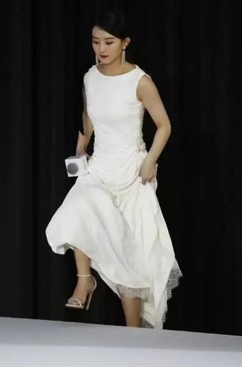 颖宝产后首次亮相,白色礼服凸显俏皮,网友:看不出是孩子是妈妈