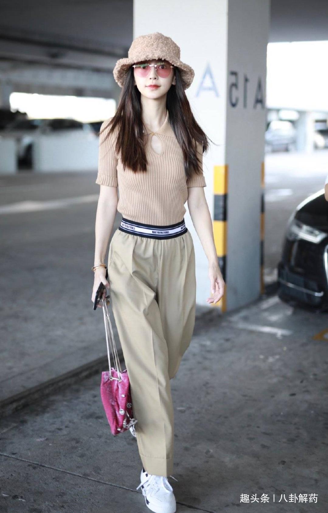 杨颖机场一改常态,不仅不秀腰不秀腿,还戴上了小海绵的帽子?