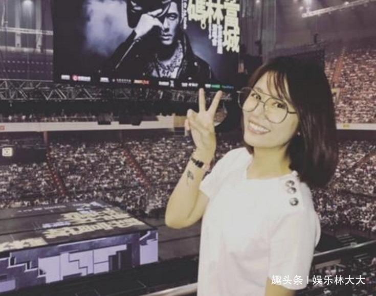 43岁林心如现身郭富城演唱会,剪短发戴眼镜像学生,美回18岁