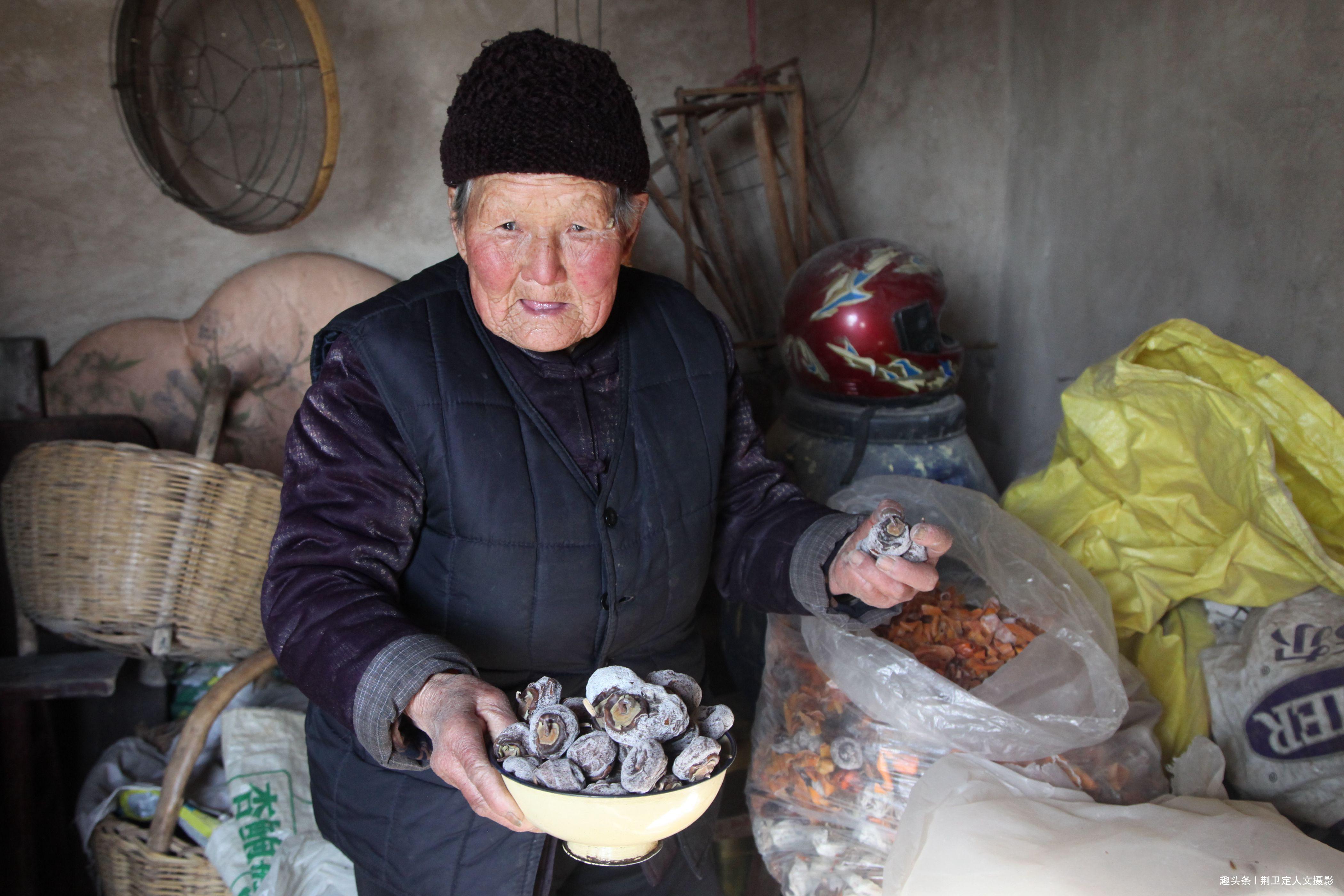 农村百岁老奶奶不慎摔倒,从大儿家送到三儿家,看儿媳怎样待她