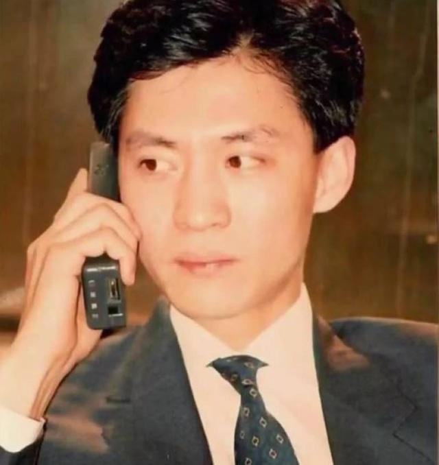 中国第一个买手机的那位23岁小伙,如今混成啥样了?号码太牛!